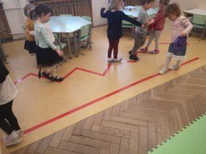 Zdjęcie dzieci idących po linii