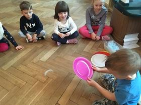zdjęcie dzieci pracujących na podłodze w sali