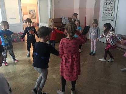 Zdjęcie dzieci tańczących na podłodze