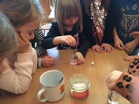 Zdjęcie dzieci wykonujących eksperymenty