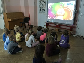 Zdjęcie dzieci oglądających film na tablicy multimedialnej