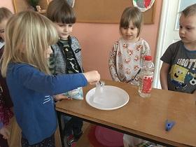 Zdjęcie dzieci wykonujących eksperyment