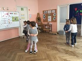 Dzieci tańczące w parach na sali i trzymające się za ręce
