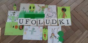 Pomiędzy napisem UFOLUDKI leżą rysunki kosmitów
