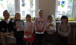 Dzieci stoją i trzymają dyplomy