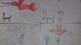 Cztery białe kartki z narysowanymi kredkami postaciami kota, ptaka i chłopca