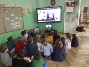 dzieci przed monitorem w czasie zajęć online