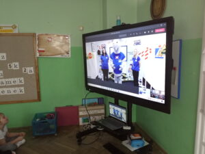 zdjęcie dzieci przed monitorem w czasie zajęć online