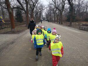 dzieci na spacerze w parku