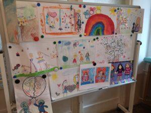 Na tablicy przyczepione są prace konkursowe dzieci