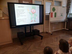 Dzieci oglądają na monitorze prezentację o Irlandii