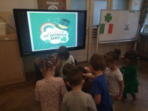 Dzieci oglądają prezentację o Dniu Świętego Patryka