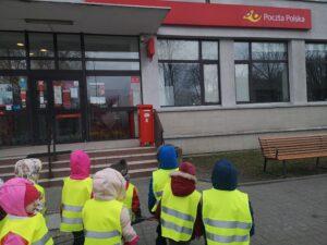 Dzieci stoją przed pocztą