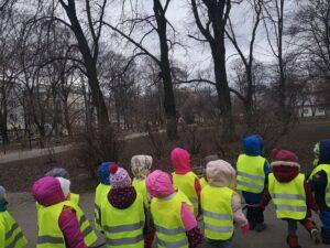 Dzieci obserwują drzewa a w parku