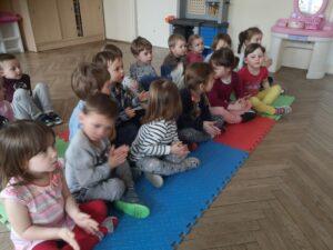 dzieci siedzą na matach