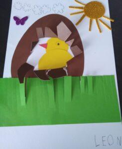 praca plastyczna dziecka: kurczak wielkanocny w jajku