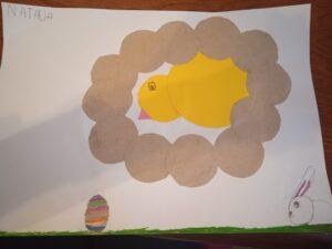 praca plastyczna dziecka, wyklejony kurczak