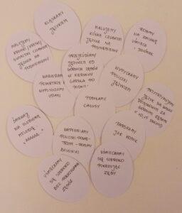 papierowe pisanki z napisanymi zdaniami