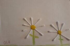 Rysunek dziecka. Stokrotki zrobione z patyczków do uszu i żółtej plasteliny