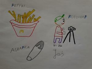 Podpisany przez Jasia rysunek, przedstawiący miskę z frytkami, fotografa z aparatem fotograficznym oraz agrafkę.