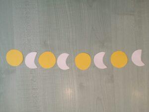 na stole leżą słoneczka i księżyce naprzemiennie