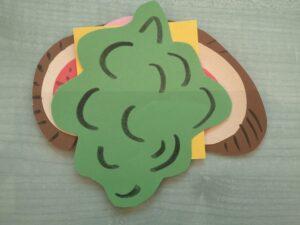 papierowa kanapka ułożona z papierowych składników