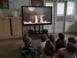 dzieci oglądają prezentację o Hiszpanii