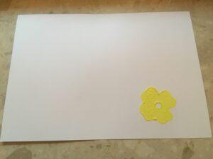 kartka papieru z odciśniętym kwiatkiem w dolnym rogu