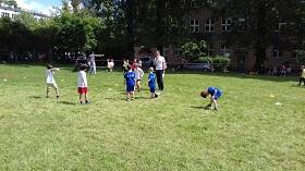 trójka chłopców rozgrywa mecz przeciwko trzem chłopcom ubranym w białe koszulki