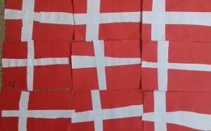 Na zdjęciu znajduję się dziewięć małych flag Danii