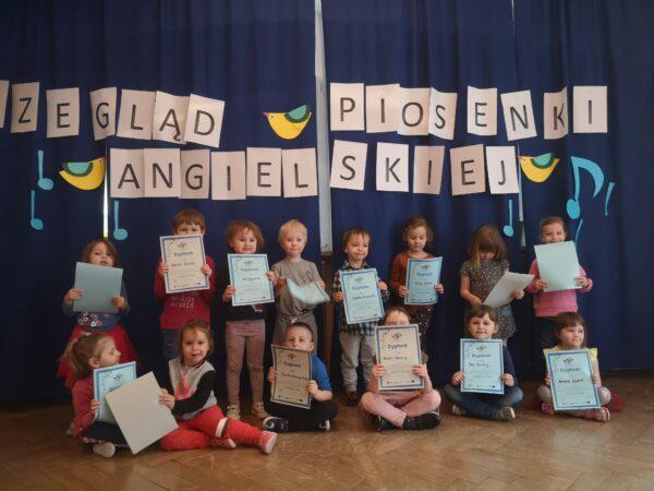 zdjęcie grupowe dzieci z dyplomami
