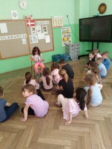 Dziewczynka czyta dzieciom książkę