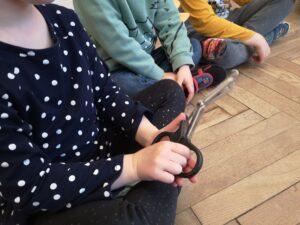 dziewczynka trzyma nożyczki do ubrań