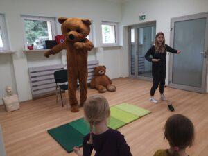misio i pani tańczą przed dziećmi