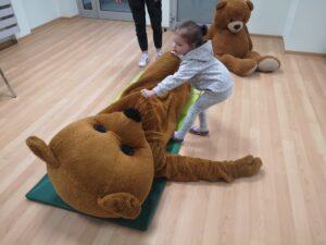 dziewczynka ćwiczy pozycję boczną ustaloną