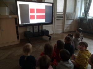 dzieci na monitorze oglądają flagę Danii
