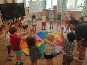 dzieci tańczą na około chusty
