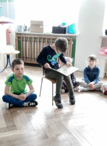 chłopczyk czyta dzieciom