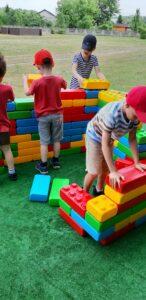 dzieic buduja z wielkich klocków