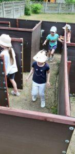 dzieci chodzą po labiryncie