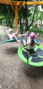 dziewczynki bujają się na huśtawkach