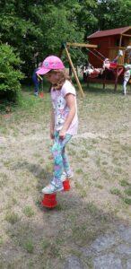 dziewczynka chodzi na szczudłach