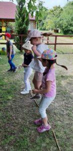 dzieci przeskakuja linę