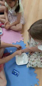 dzieci zakładają sobie opatrunki