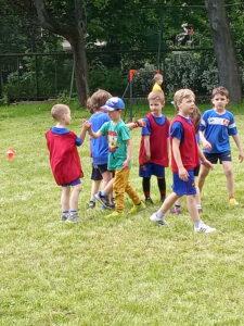 dzieci gratulują sobie meczu