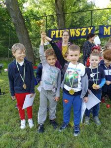 dzieic pouzją do zdjęcia z medalami