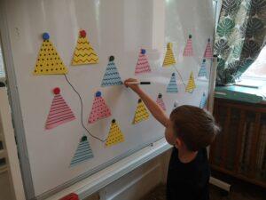 dziecko łączy tipi na tablicy w pary