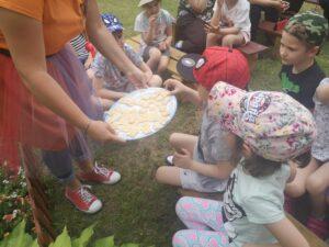 dzieci częstują się plastrami miodu