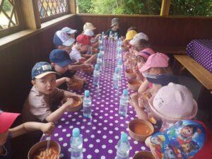 dzieci jedzą przy stole