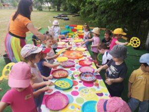 dzieci puszczają bańki przy stole